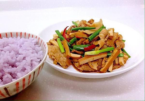 豆干炒肉片 %26; 紫彩米飯.jpg