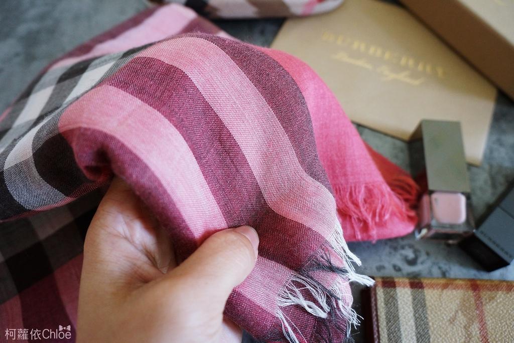 burberry輕盈格紋羊毛絲綢圍巾 四種綁法穿搭分享3.JPG
