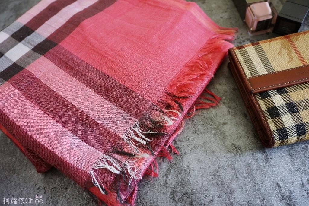 burberry輕盈格紋羊毛絲綢圍巾 四種綁法穿搭分享2.JPG