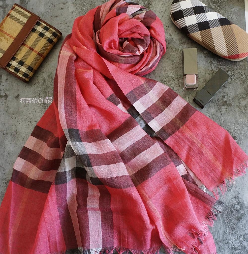 burberry輕盈格紋羊毛絲綢圍巾 四種綁法穿搭分享1.JPG
