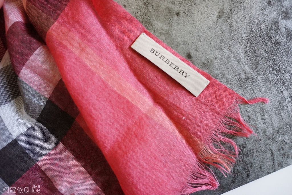 burberry輕盈格紋羊毛絲綢圍巾 四種綁法穿搭分享5.JPG