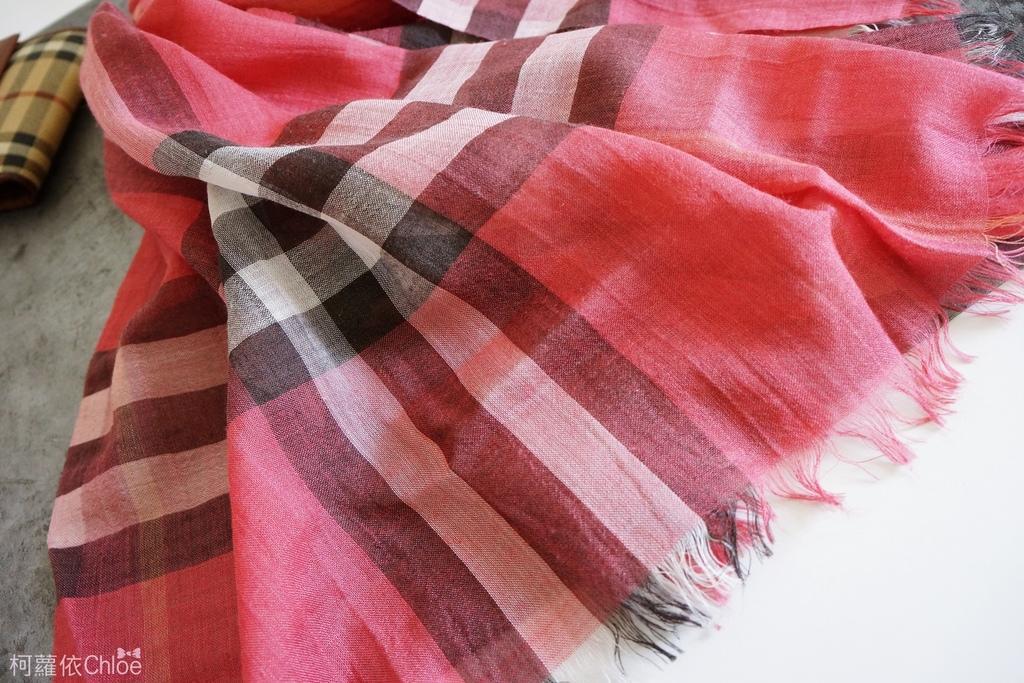 burberry輕盈格紋羊毛絲綢圍巾 四種綁法穿搭分享6.JPG