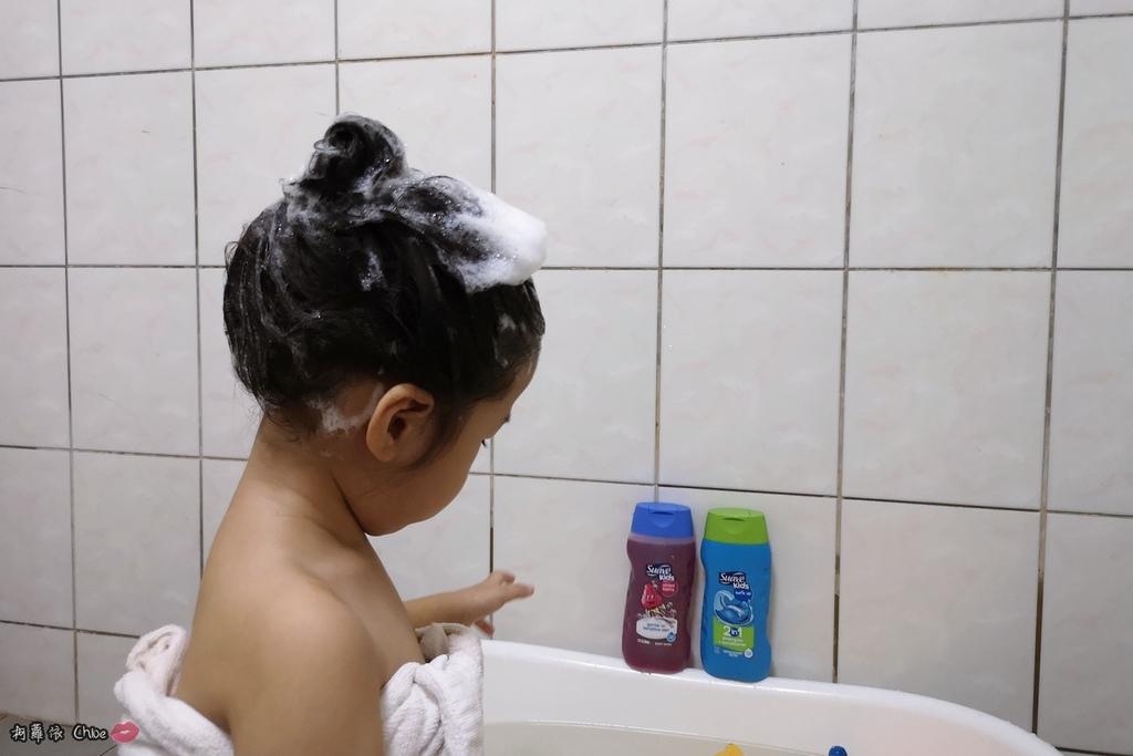 可愛甜甜香味 洗澡好好玩!泡沫細緻溫和好沖洗 Suave Kids 洗護二合一洗髮精洗髮精 沐浴乳 2-12 歲兒童適用6.jpg