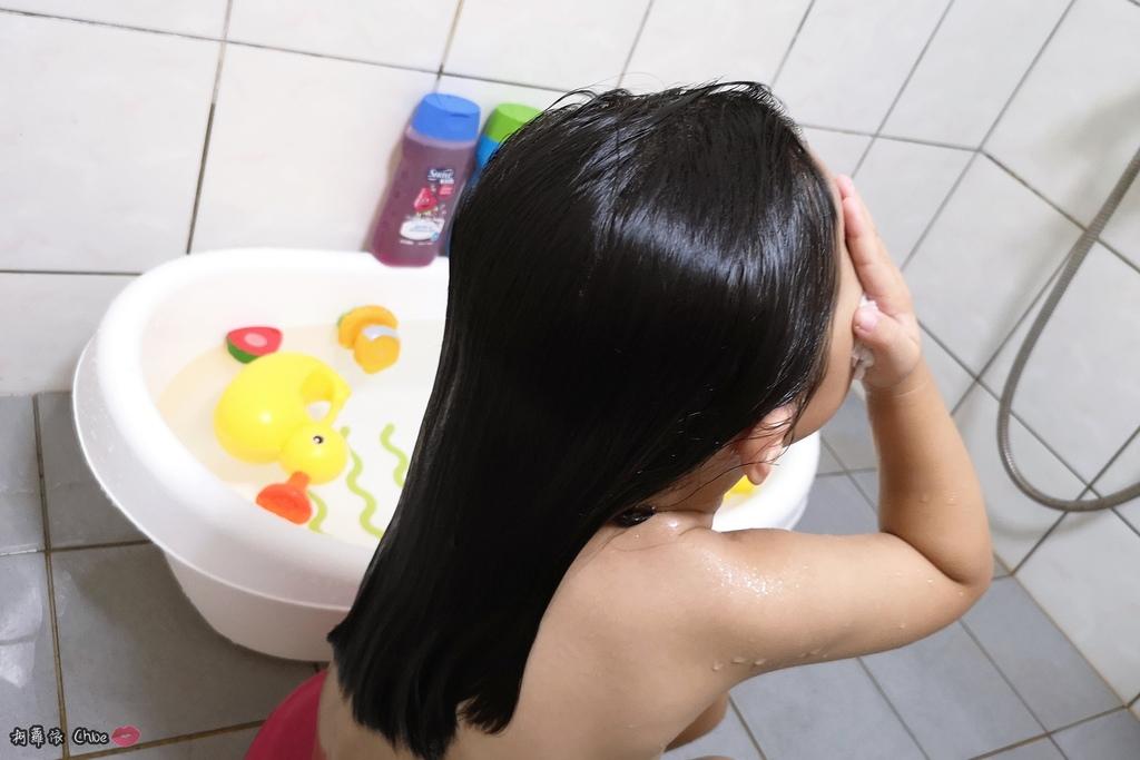 可愛甜甜香味 洗澡好好玩!泡沫細緻溫和好沖洗 Suave Kids 洗護二合一洗髮精洗髮精 沐浴乳 2-12 歲兒童適用9.jpg