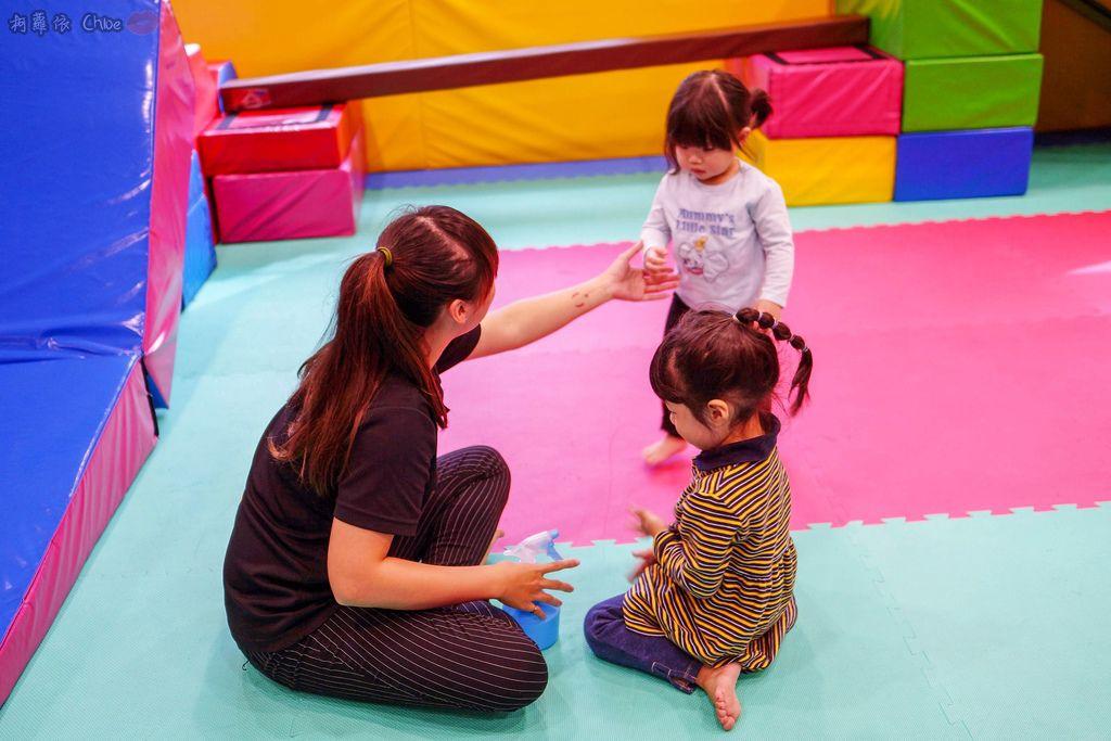 高雄 專為孩童打造的室內運動場館!PUCK帕克運動學園 寶貝們練體操囉!(環境篇)12.jpg