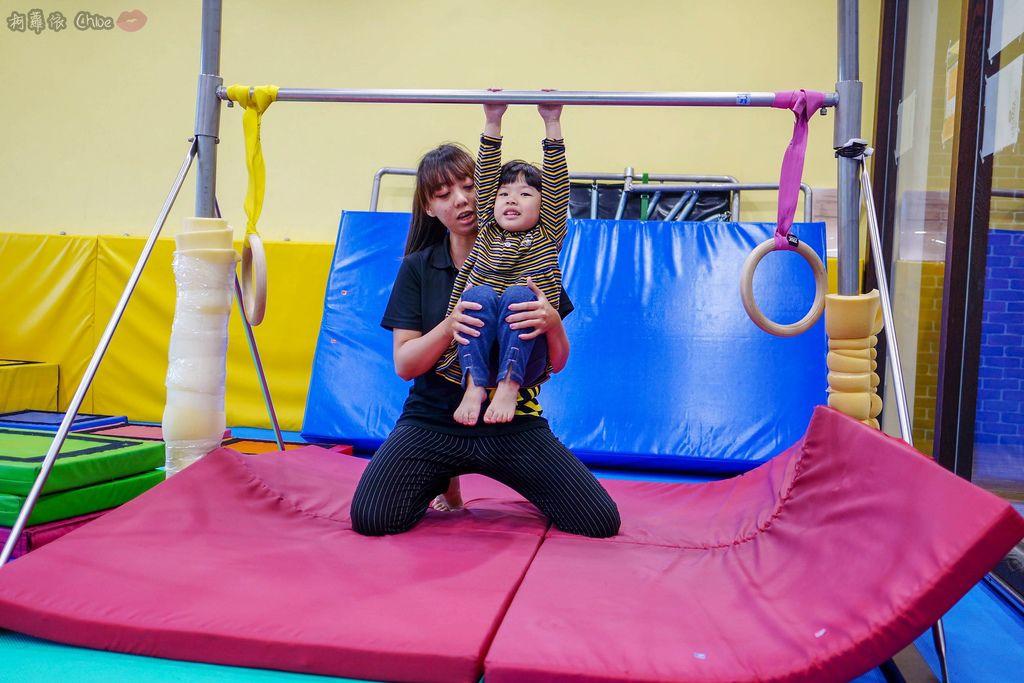 高雄 專為孩童打造的室內運動場館!PUCK帕克運動學園 寶貝們練體操囉!(環境篇)18.jpg