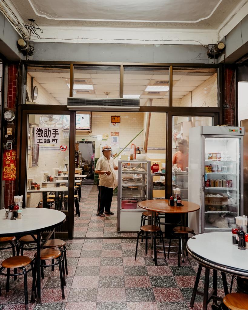 屏東 胡家牛肉麵店 勝利路上傳承近50年的老店 牛肉麵 酸辣湯必點2.jpg