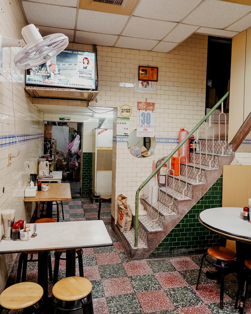 屏東 胡家牛肉麵店 勝利路上傳承近50年的老店 牛肉麵 酸辣湯必點4.jpg