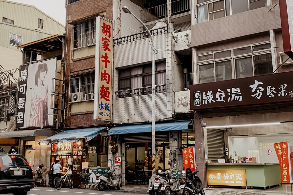 屏東 胡家牛肉麵店 勝利路上傳承近50年的老店 牛肉麵 酸辣湯必點1.jpg