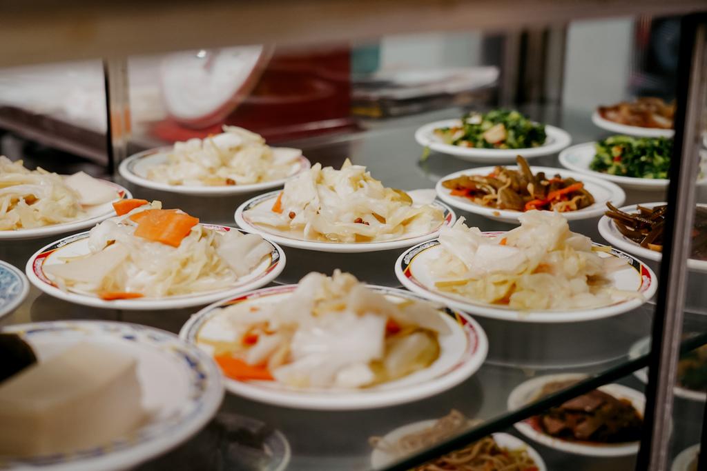 屏東 胡家牛肉麵店 勝利路上傳承近50年的老店 牛肉麵 酸辣湯必點6.jpg