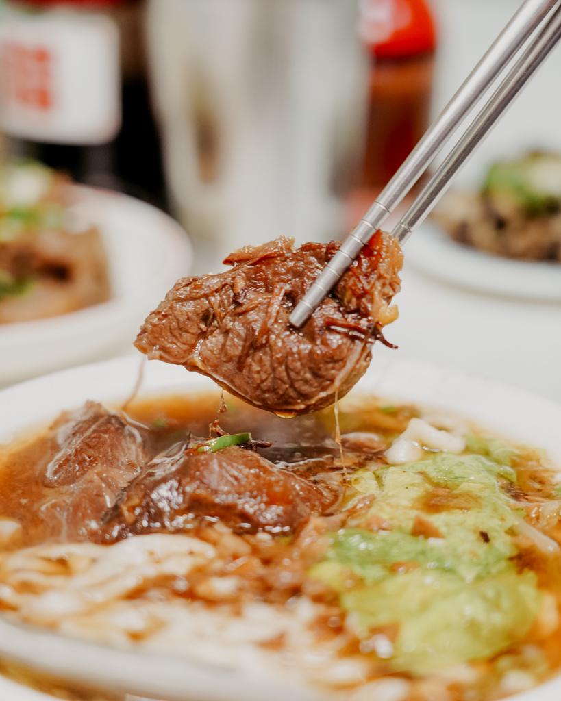 屏東 胡家牛肉麵店 勝利路上傳承近50年的老店 牛肉麵 酸辣湯必點12.jpg
