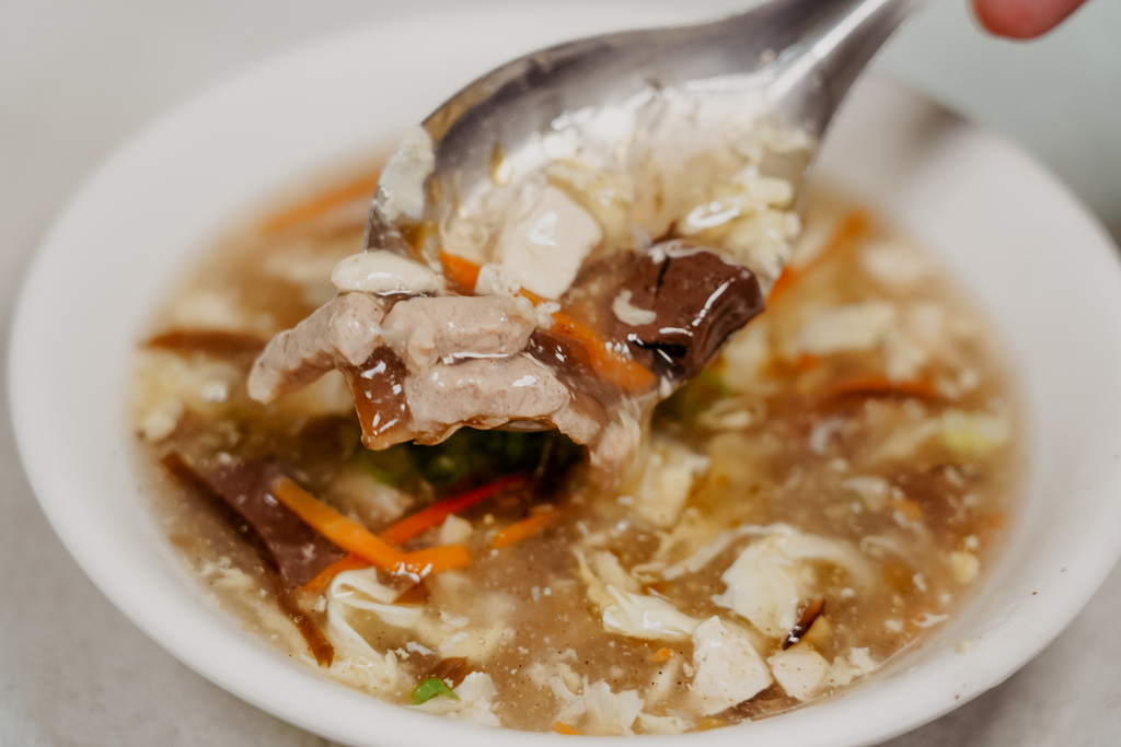 屏東 胡家牛肉麵店 勝利路上傳承近50年的老店 牛肉麵 酸辣湯必點21.jpg
