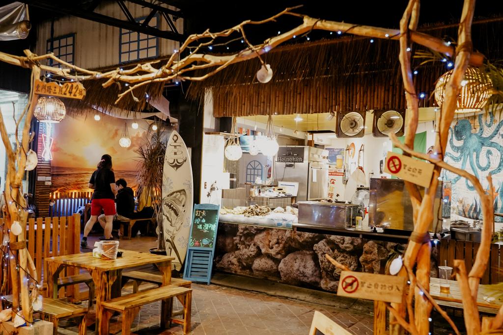 台南東區燒烤 浪兄浪弟 海鮮燒烤Bar 南洋海島環境氛圍 雞翅 骰子牛 美國生蠔必吃3.JPG