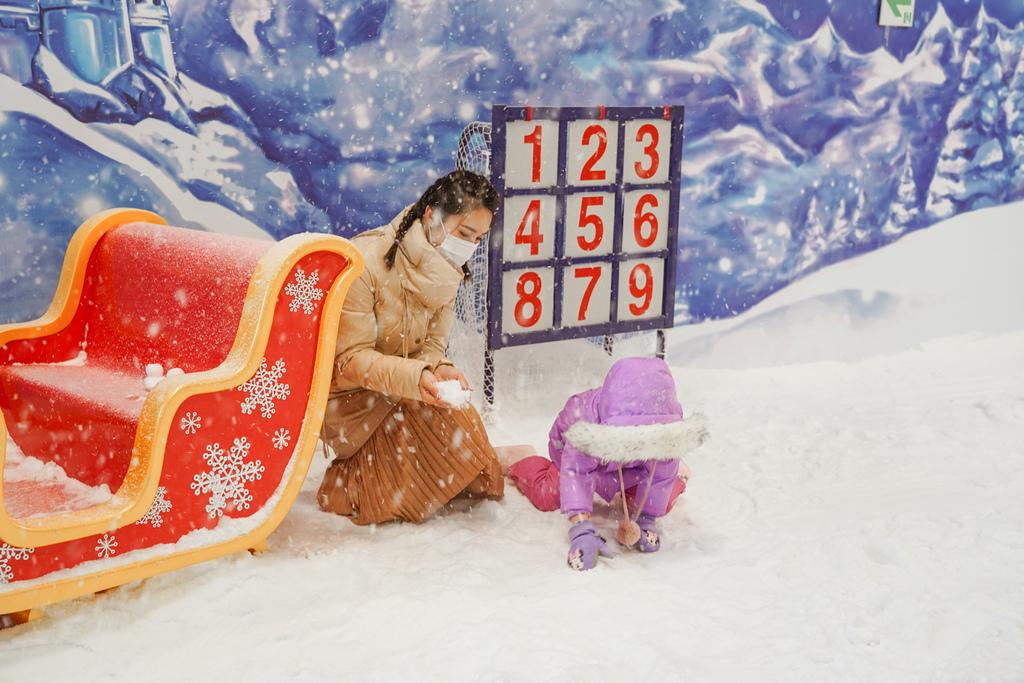 高雄飄雪樂園 不出國也能玩雪 體驗零下三度雪花從天而降 偽出國親子行程31.JPG
