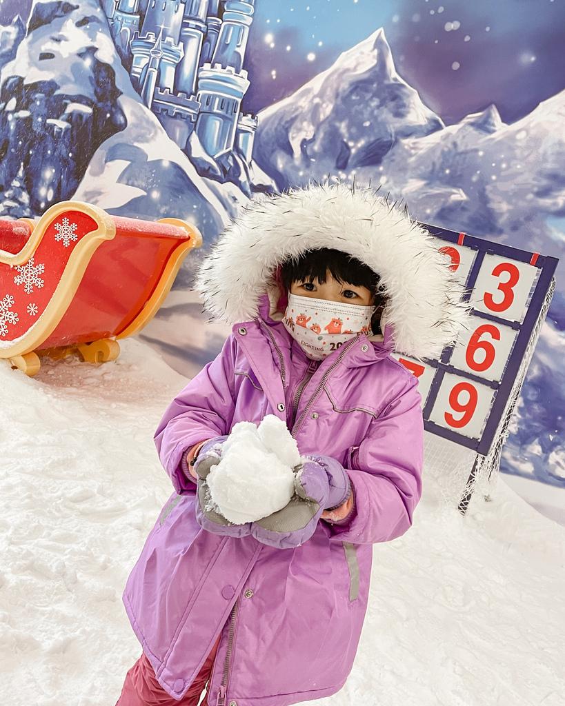 高雄飄雪樂園 不出國也能玩雪 體驗零下三度雪花從天而降 偽出國親子行程33.JPG