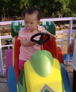 閔閔玩車車.JPG