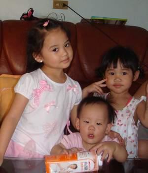 閔閔與姐姐.JPG