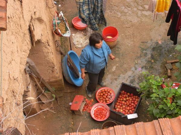 20.地坑院內洗紅茄.jpg