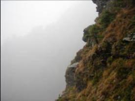 沿途的斷崖殘壁.jpg