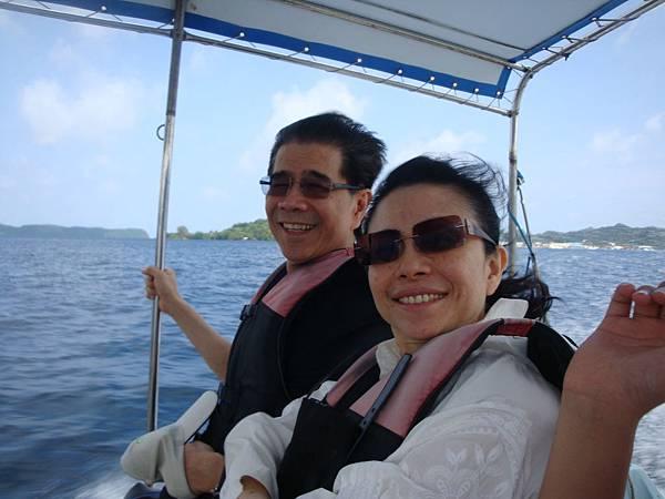 我們一家人搭上小艇往海上前進(我與內人)