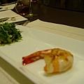 說著說著第三道菜就上桌了:明蝦佐生菜