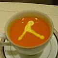 王小姐以奶油在湯上做了裝飾,有人看出這是甚麼符號嘛?