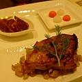 主菜是躺在炒茴香莖上面的烤乳豬,綠色葉子就是茴香葉