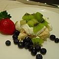 有日本草莓,藍莓,奇異果陪伴的清爽蛋白霜