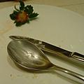 一樣吃到只剩下草莓葉子跟餐具