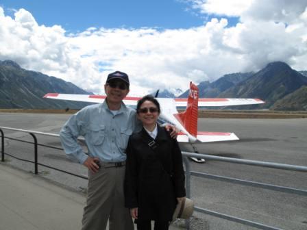 登山組等一下要搭的,就是我和內人身後的小飛機