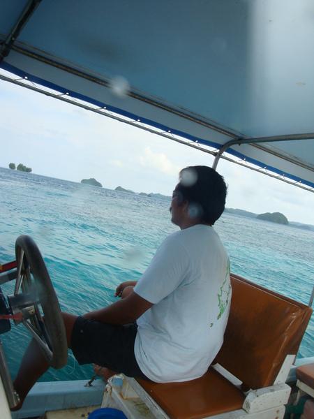 這位就是把船開回去幫我找鞋子的船長