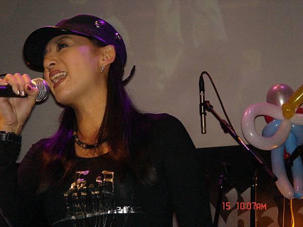 鄒女在唱歌