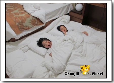 小人們睡地板比較安全