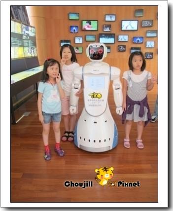 和機器人合影