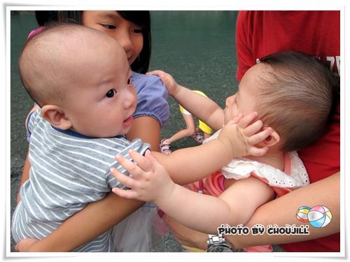 張小妹:把拔可以把我抱近一點嗎?