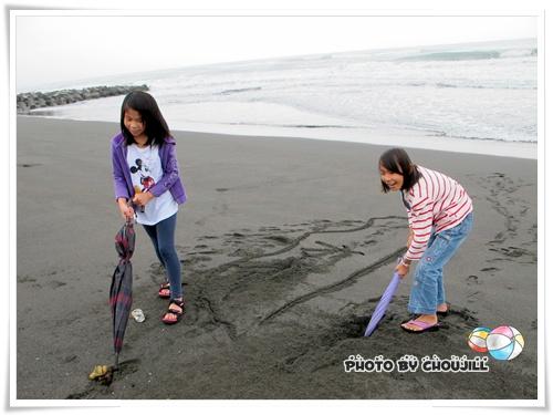 孩子們管你風浪大不大看到沙不玩很難過