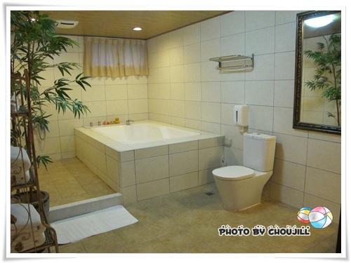 房間大也就算了,連浴室也大的嚇人