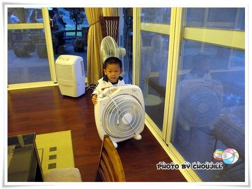 走到那都在做苦力搬電扇,這孩子是怎麼了?