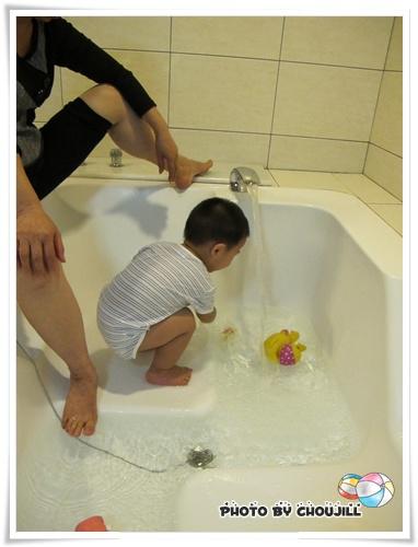 大浴缸可以滿足丁丁想玩水的渴望