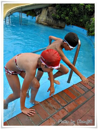 小叡與小敏在滑水道競賽