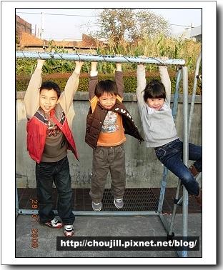 單槓上的三隻小猴
