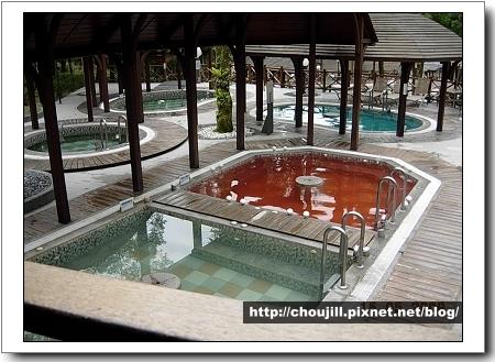 不同的浴池有不同的藥效,那池紅色看起來很恐怖!