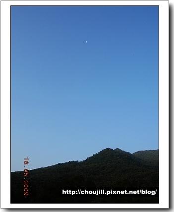 月亮還高掛在天就知道起的有多早