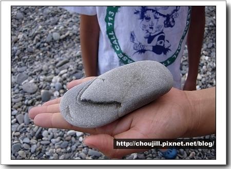 這塊石頭好像夾腳拖,真可愛