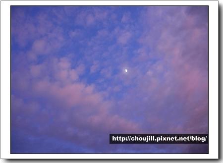 藍天白雲竟然還有一抹明月