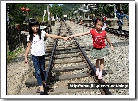 鐵軌旁一定要跟嘛吉好友來張手牽手照呀