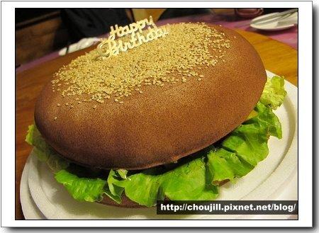 外號瀚寶的丁丁生日蛋糕是個十吋的大漢堡XD