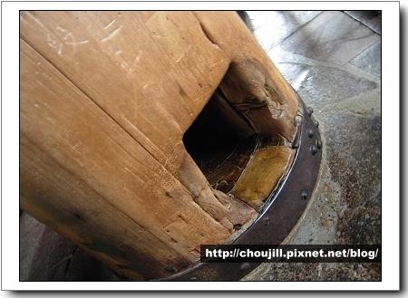 這根和大佛鼻孔一樣大的洞口,據說穿過這個洞就可以帶來幸福與智慧