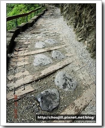 當地原住民徒手建造的步道喔