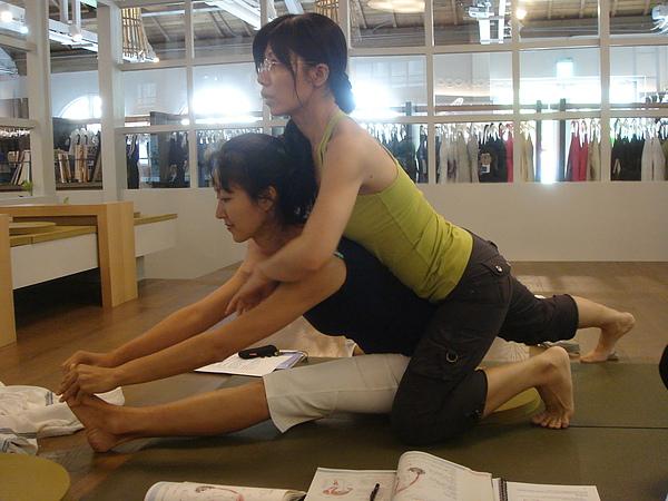 上方輔助者應讓學生自行感覺脊椎延伸